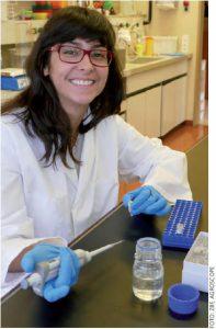 Мелані Пареджо вивчає ДНК (носій генетичної інформації) швейцарських медоносних бджіл.